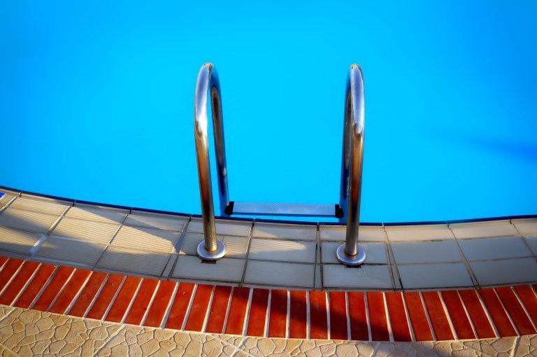 Echelle dans piscine